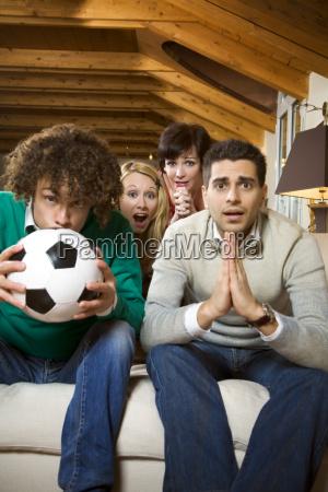 pessoas povo homem bola assistindo a