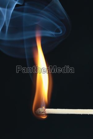 partido inflamada con humo azul sobre