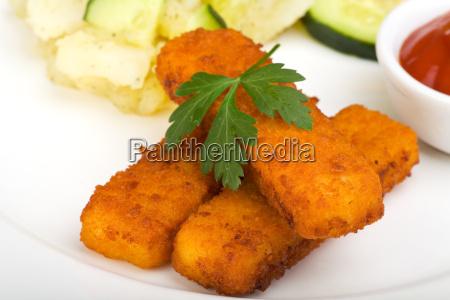 palitos de pescado y ensalada de