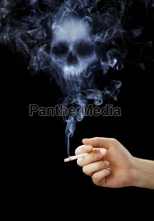 mano que sostiene un cigarrillo con