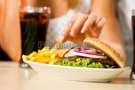 mujer restaurante comida rapida hamburguesa diner