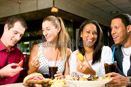 amigos hamburguesa y beber refresco de