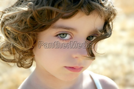pequenya y hermosa chica retrato outdoo