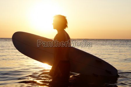 persona que practica surf en el
