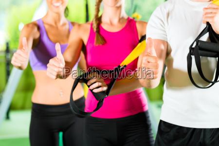 centro de fitness pessoas felizes