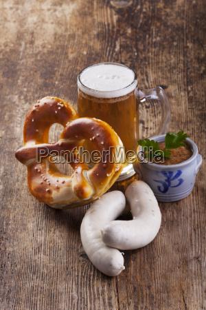 bayerische weisswurst mit bier und bretzel