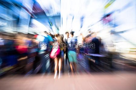 pessoas escalar uma balsaborrao de movimento
