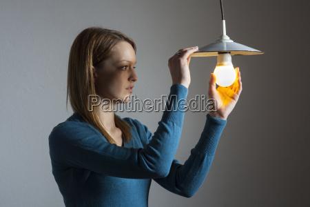 mujer luz bombilla lampara cambio enganyar