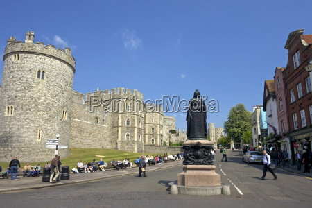 visitors and tourists outside windsor castle