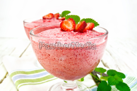 jelly air strawberry in two bowls