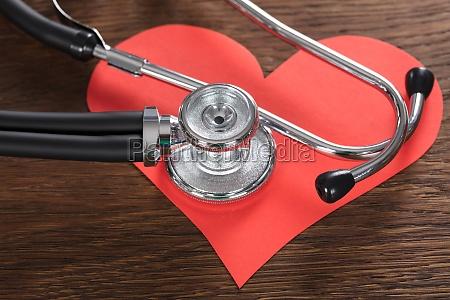 corazon rojo con el estetoscopio