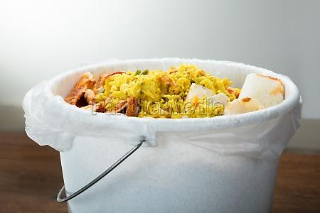 comida residuos cena excavacion basura intemperancia